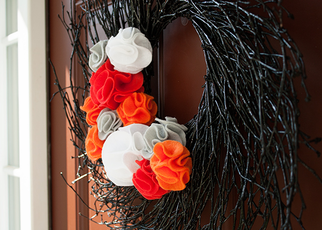 halloween-wreath-with-felt-flowers