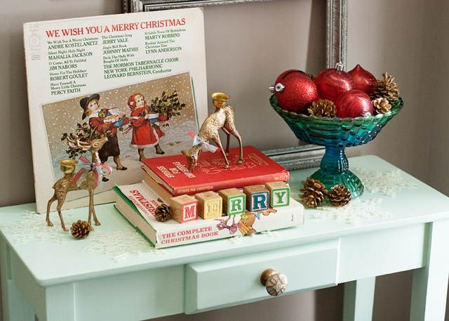 christmas-vignette-with-vintage-finds