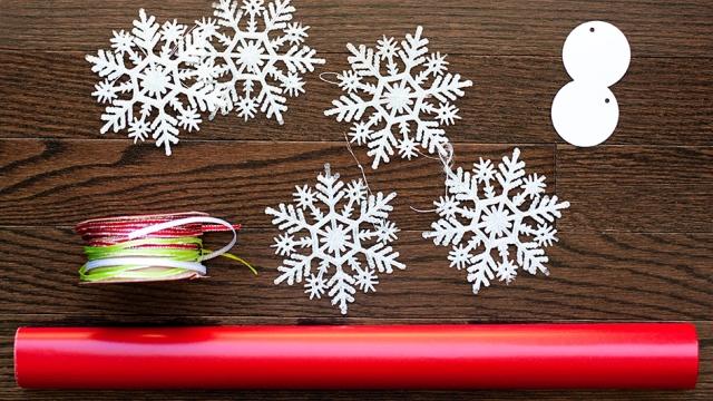 easy-snowflake-gift-wrap