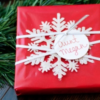easy snowflake gift wrapping